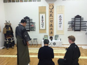Hirata Fuhō-Shihan (center) during the bestowal of the Chū-Mokuroku (Menkyo) licence from Ōtsuka Ryūnosuke (7th Sōke, right-hand side) in the presence of Ōtsuka Yōichirōs (6th Sōke, left-hand side)